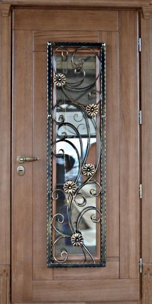 стальные красивые с ковкой тамбурные двери